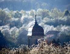 Clocher et cerisiers en fleurs à Fougerolles