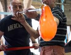 Souffleur de verre à la verrerie-cristallerie de Passavant-la-Rochère